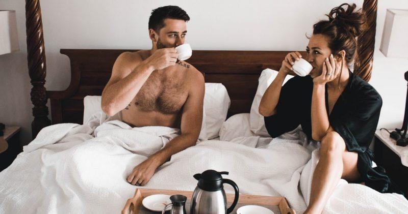 bed-koppel-ontbijt