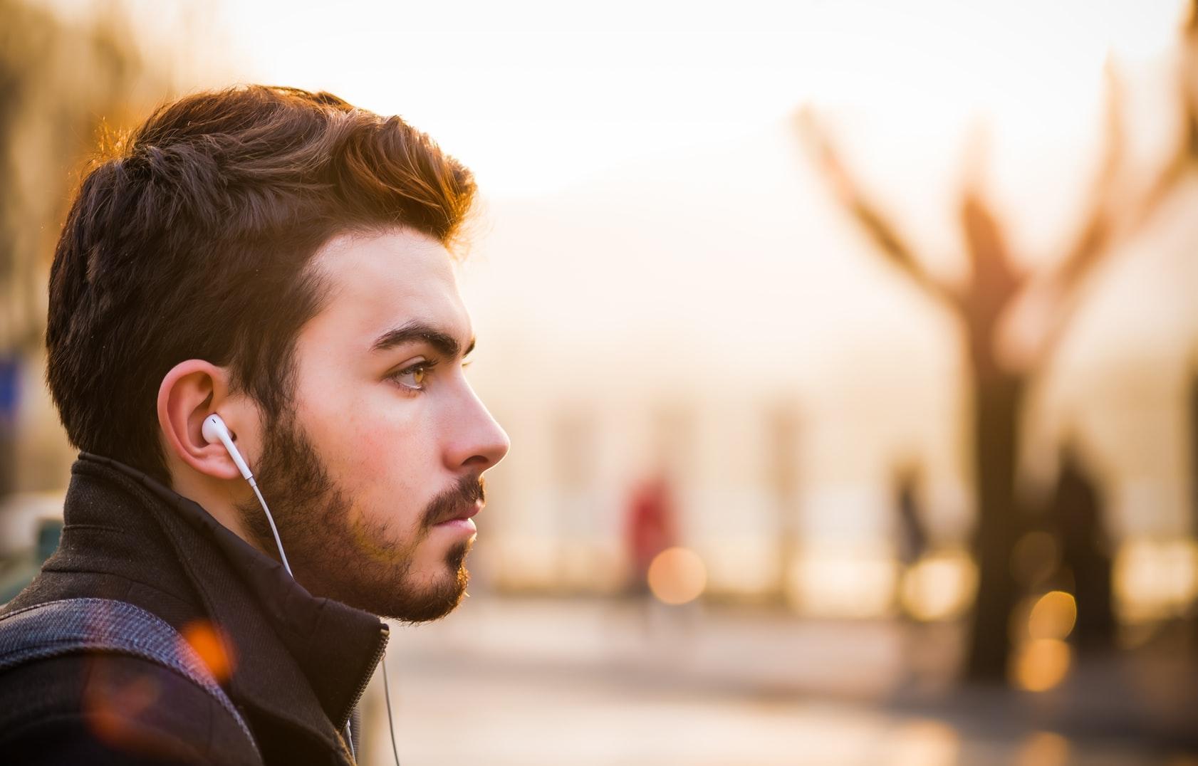 muziek-luisteren-oordopjes