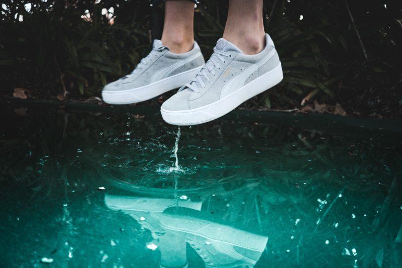 licht-grijze-sneakers