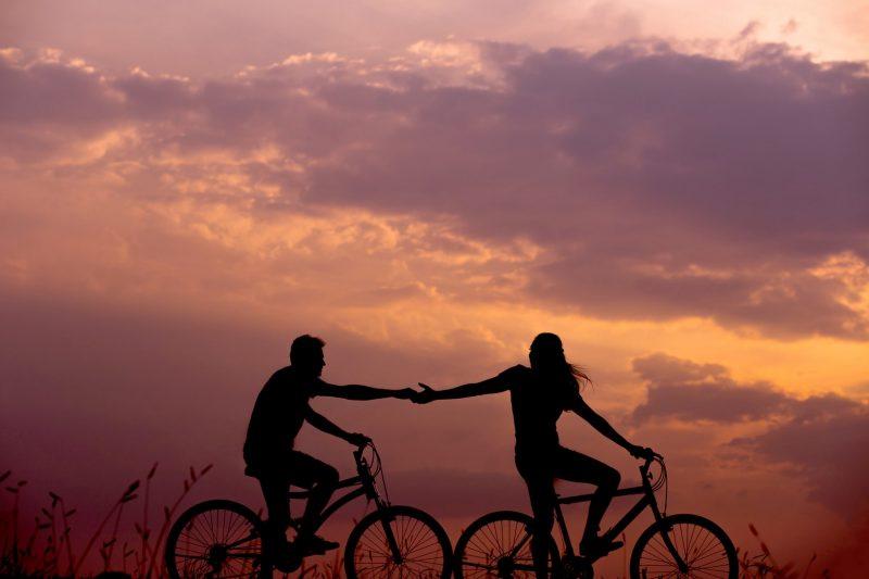koppel-fietsen-zonsondergang