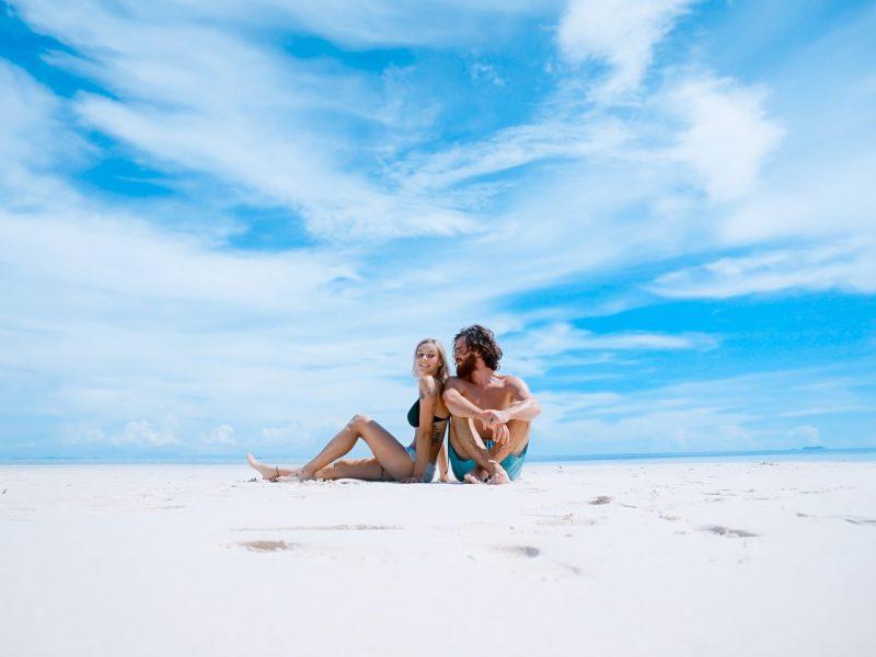 huwelijksreis-koppel-strand