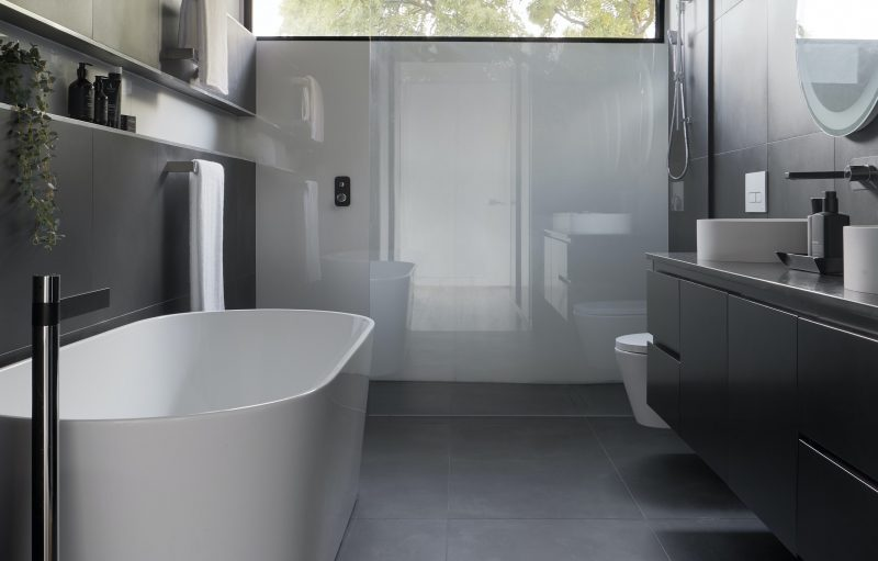 moderne-zwarte-badkamer