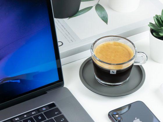 nespresso-koffie-bureau-laptop
