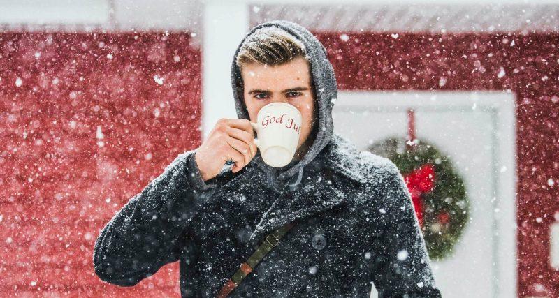 gluwein-drinken-man-winter