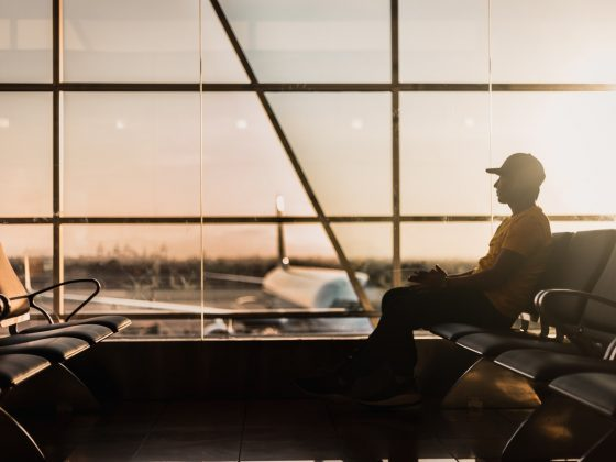 vliegveld-reizen-wachten