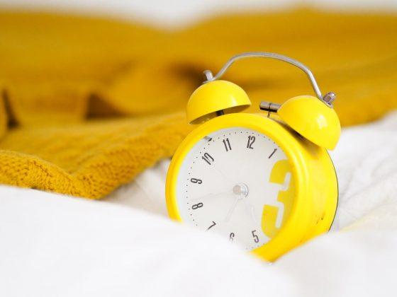 wekker-geel-bed