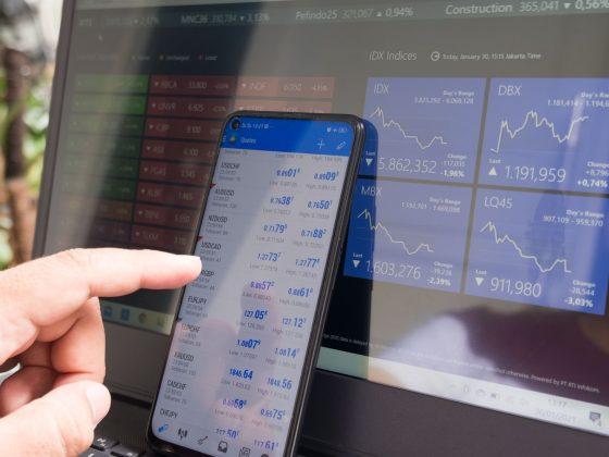 aandelen-telefoon-laptop