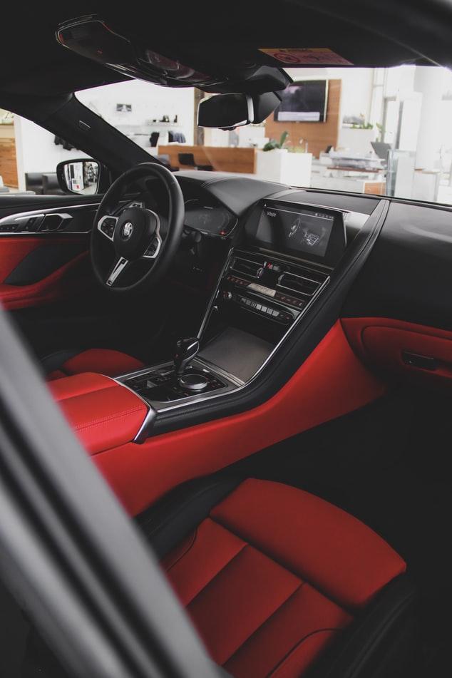 rode-stoelbekleding-auto-interieur