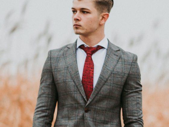 grijs-pak-rode-stropdas